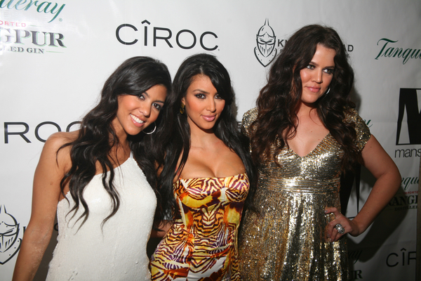 Kardashian søstrene har da mye å spille på, sexy og vakre kvinner! thumbnail