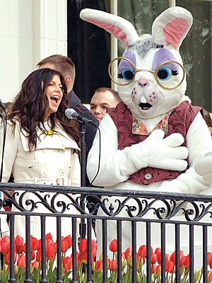 It's good to change up every now and then Fergie. But, I really miss those golden waves. Fergie performed for the First Family at the White House Easter Egg Roll.