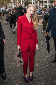 Amanda Seyfried arrives at the Miu Miu on Oct 3 looking boldly chic.