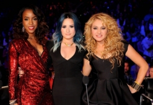 Kelly, Demi and Paulina pose at the season finale.
